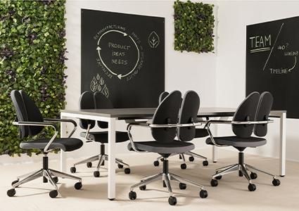 Meble konferencyjne z krzesłami na kółkach