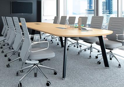 Meble konferencyjne z krzesłami obrotowymi